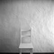 Weisser Stuhl vor weisser Wand